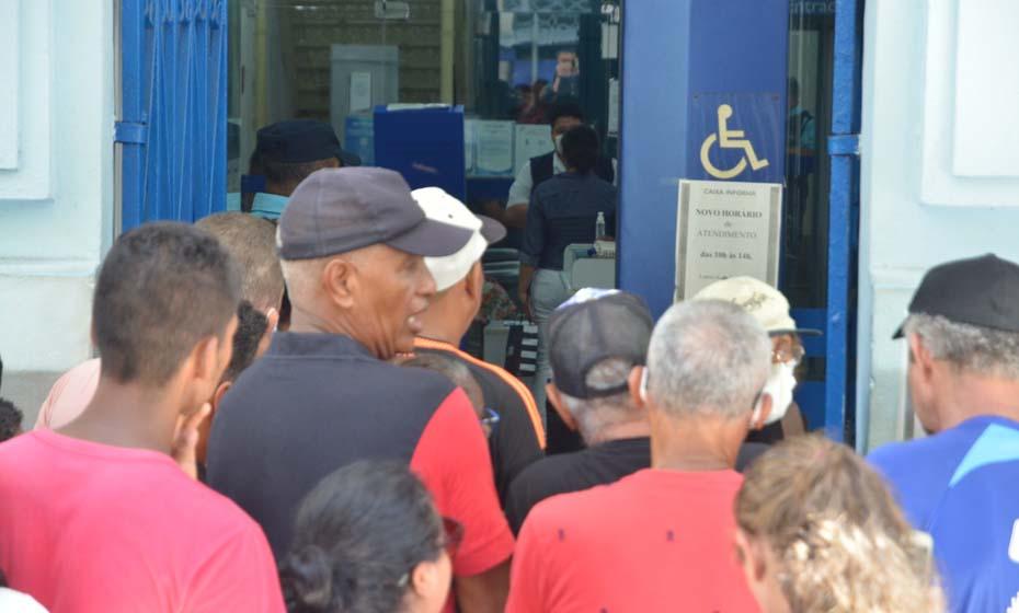 Aglomeração na Caixa Econômica Federal, da Avenida Marquês de Olinda, no centro do Recife