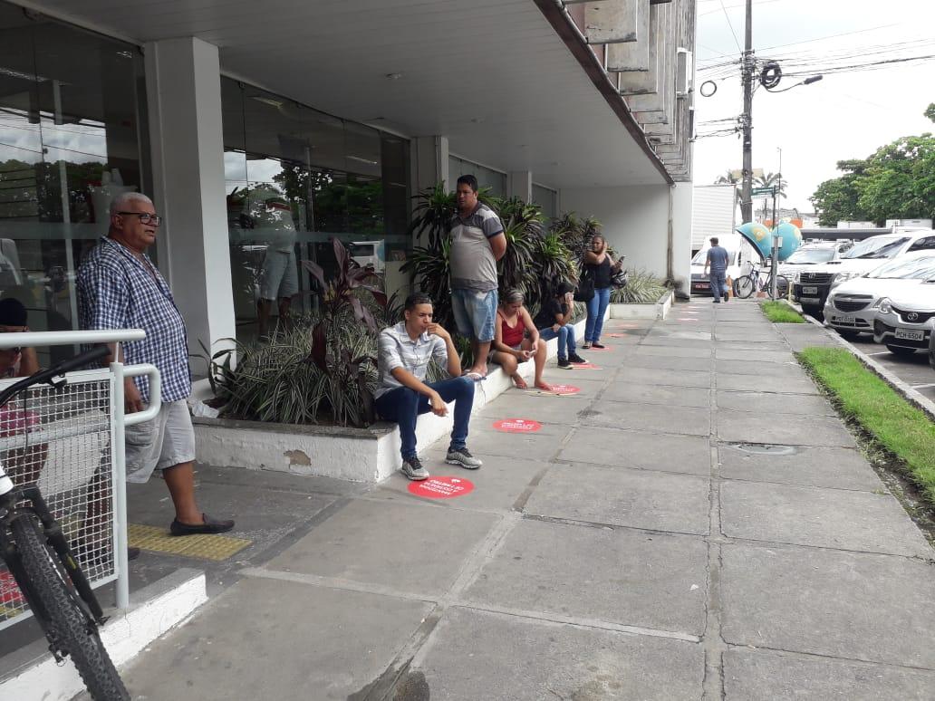 Procon-PE retornou aos locais e verificou que agências já haviam colocado as marcações para respeitar o distanciamento necessário