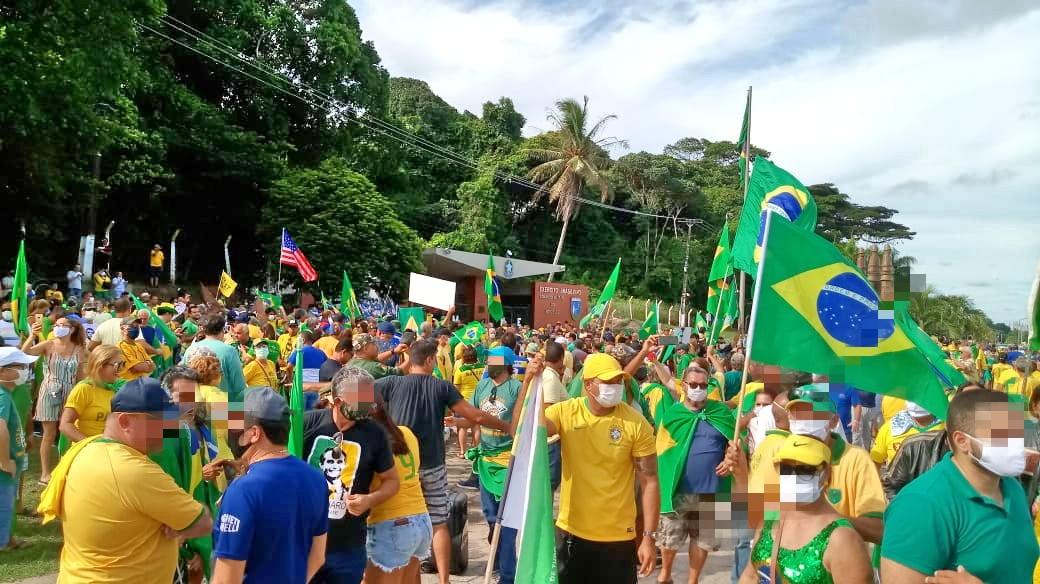 Manifestantes em frente ao Comando Militar do Nordeste