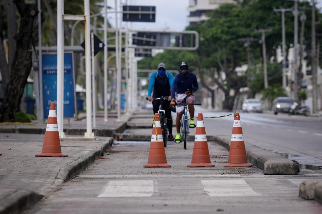 Ciclistas insistentes pedalam na ciclofaixa durante a quarentena