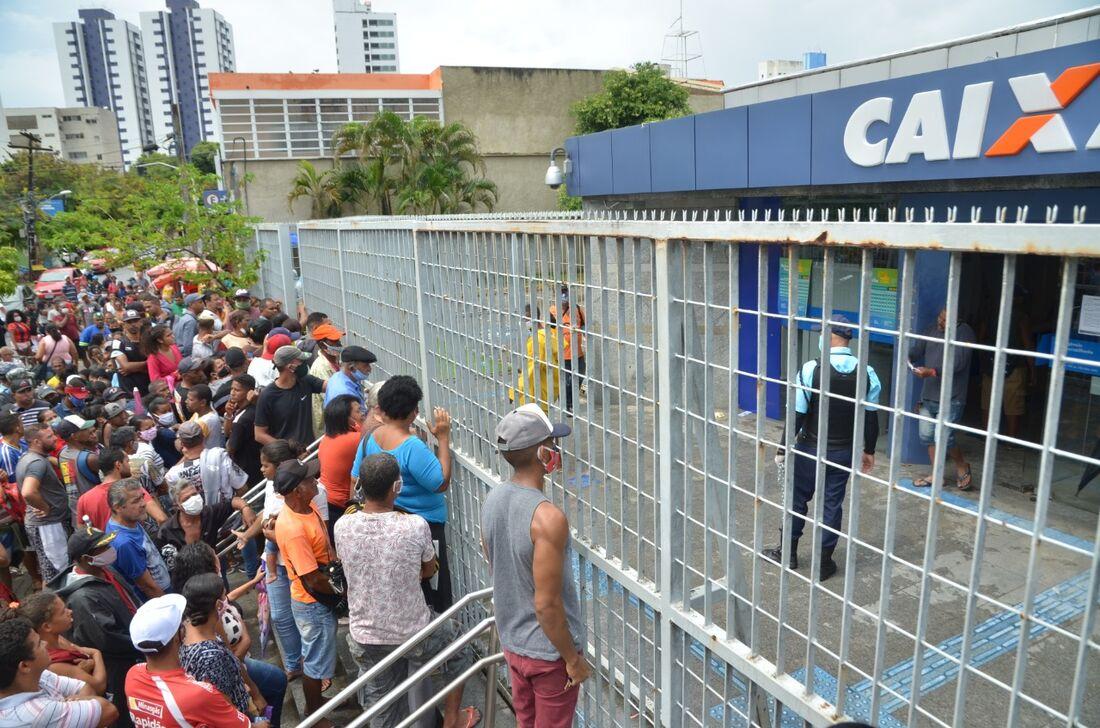 Filas em agências da Caixa no Recife
