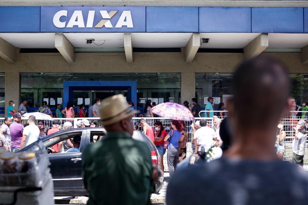 Grandes filas e aglomerado na Caixa do Teatro de Santa Isabel