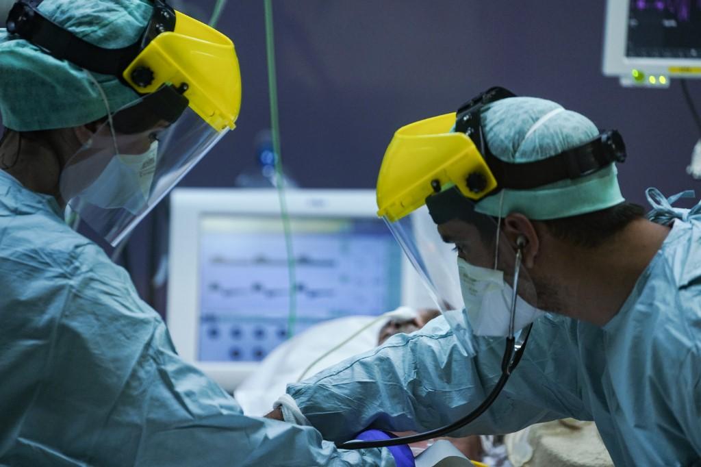 Médicos socorrem paciente em UTI