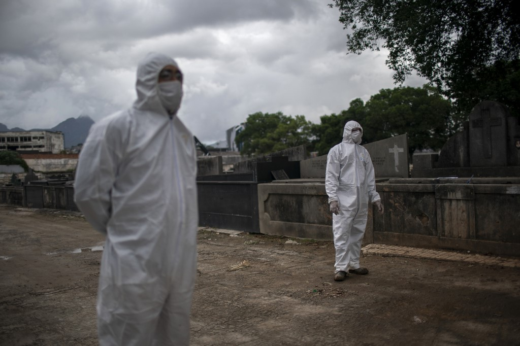 Mortes no Brasil por coronavírus geram novos ritos de sepultamento