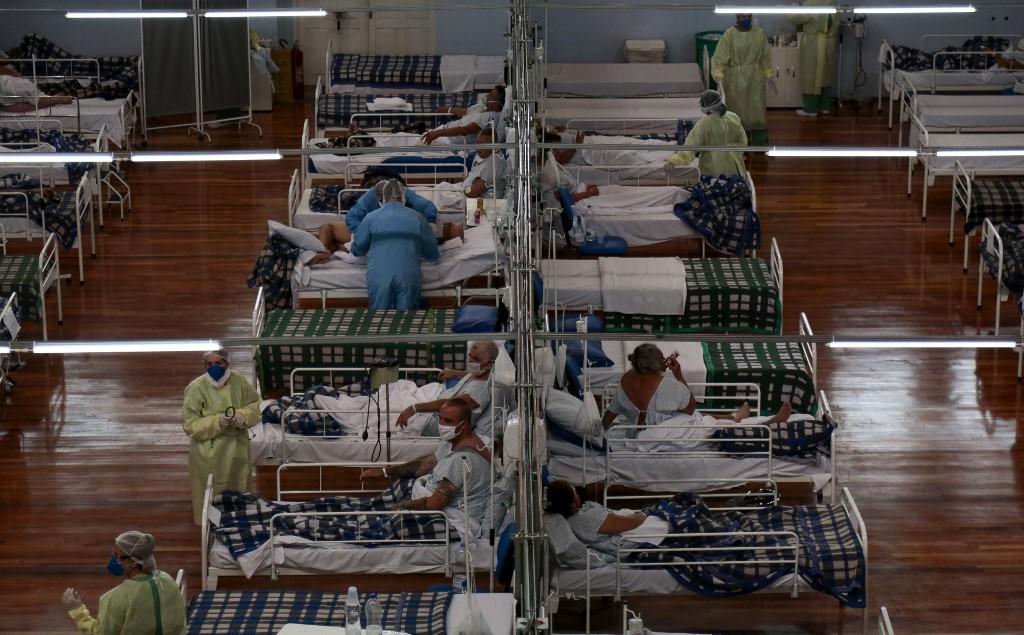 Pacientes com Covid-19 em hospital de campanha de Santo André, em São Paulo