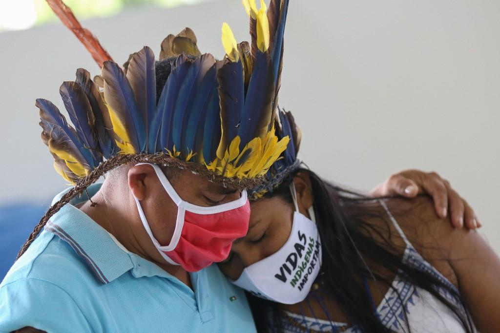 Indígenas da comunidade Parque das Tribos choram no funeral do chefe Messias, 53 anos, da tribo Kokama, vítima do novo coronavírus, em Manaus