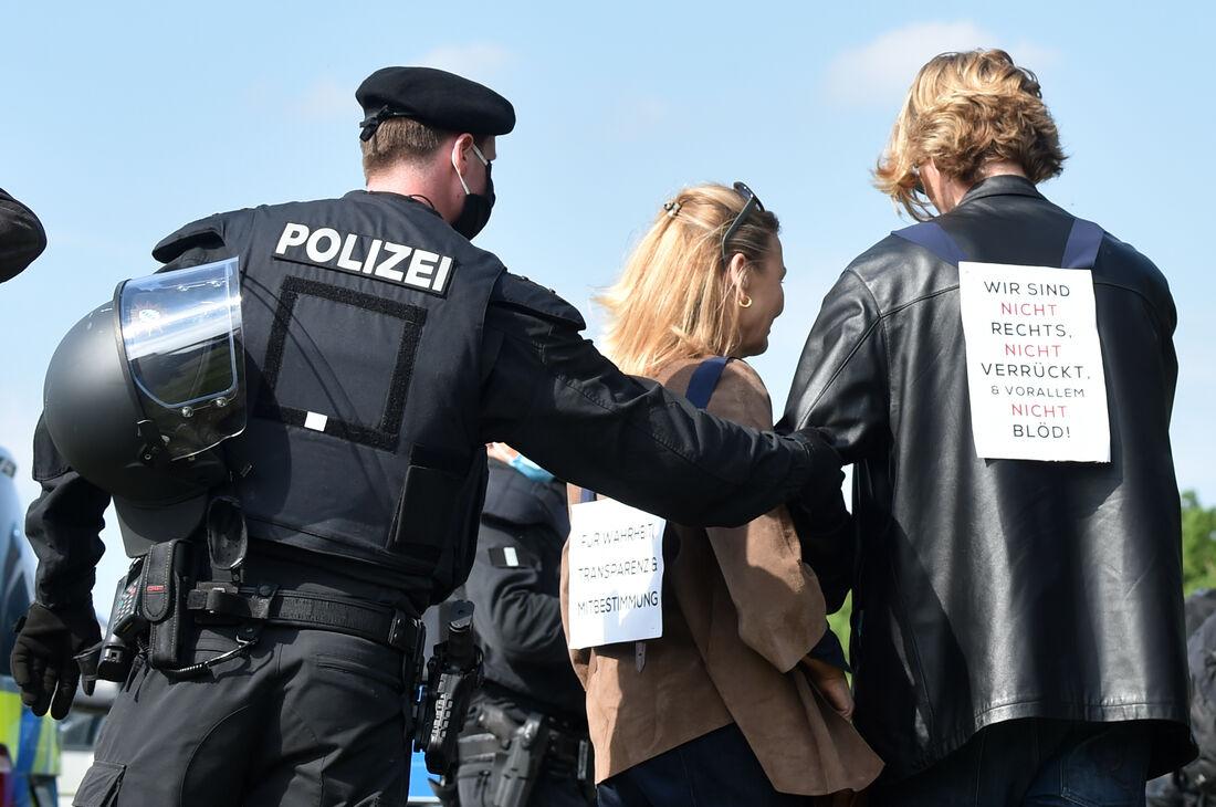 Policiais abordando manifestantes na Alemanha