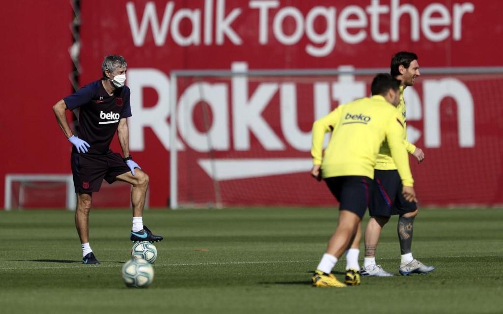 Técnico Quique Setién, de máscara, observa primeiro treinamento coletivo do Barcelona
