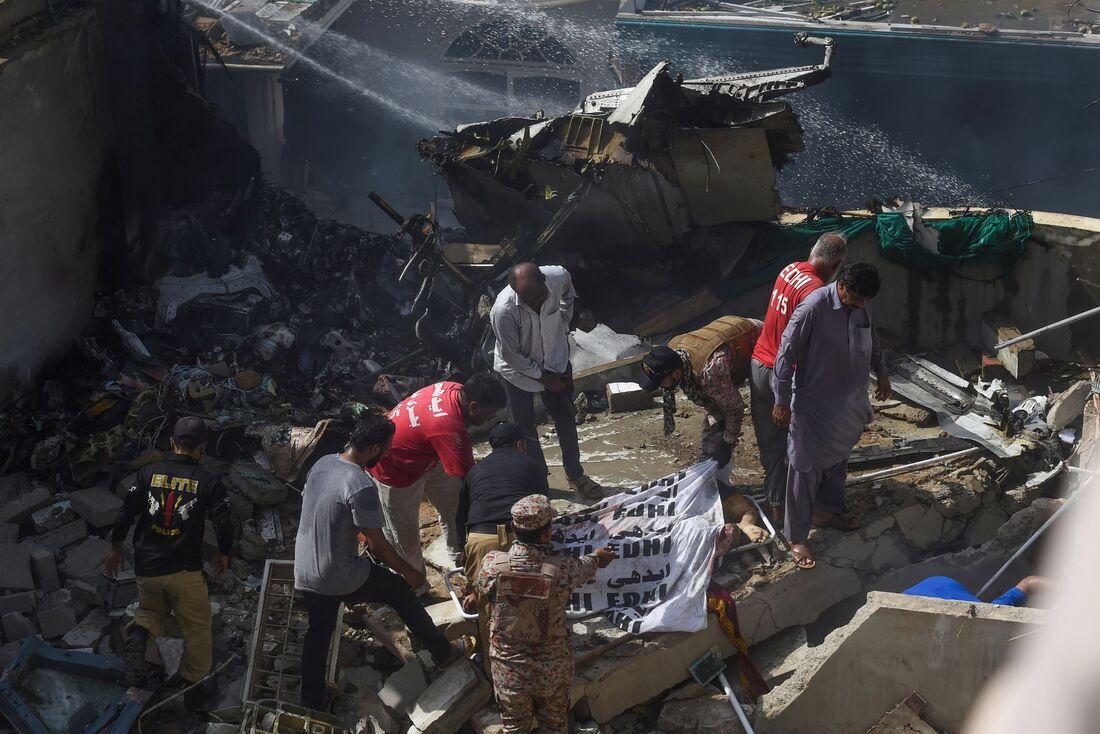 Avião com mais de 100 pessoas cai em área residencial no sul do Paquistão