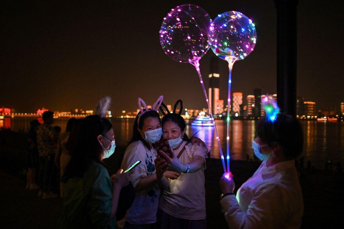 Mulheres usando máscaras em Wuhan