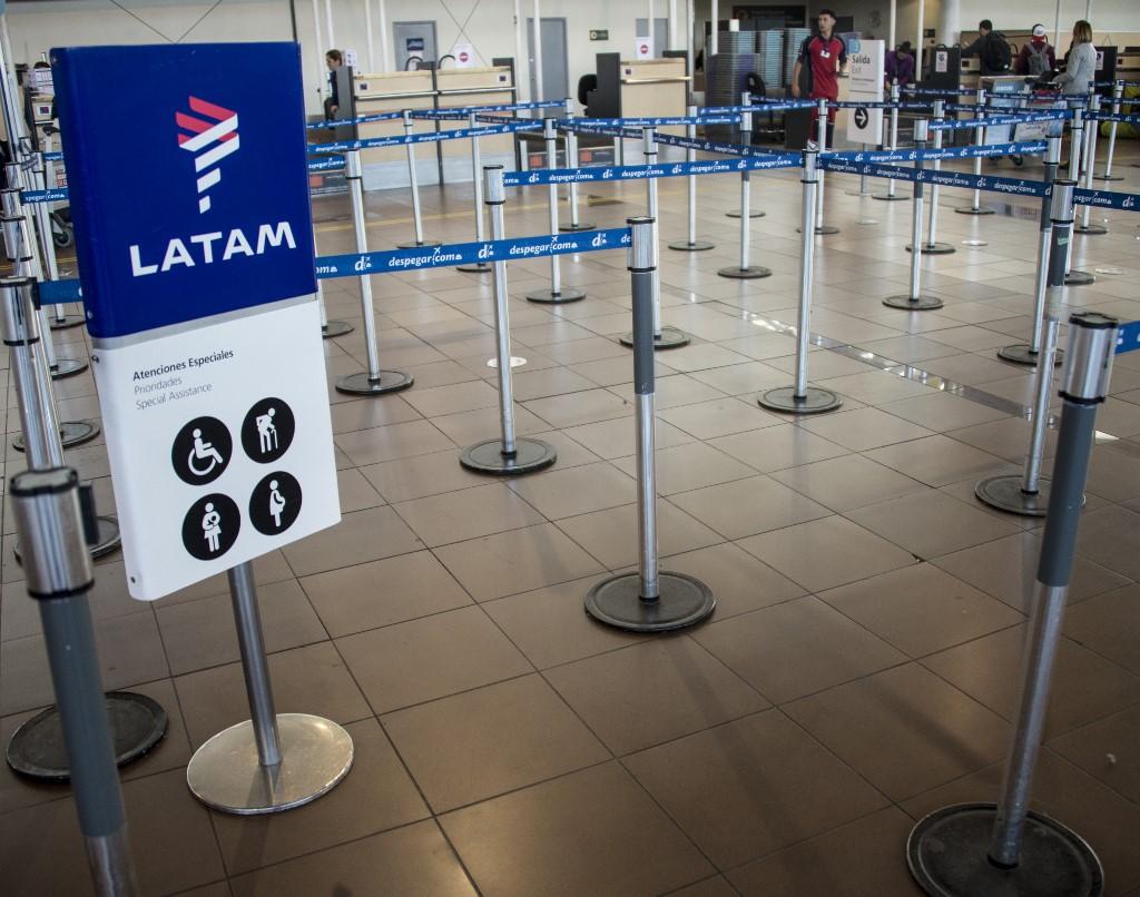 Área de check-in da Latam vazia no aeroporto do Chile durante pandemia