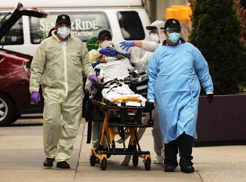 Equipe médica socorre paciente em Nova Iorque