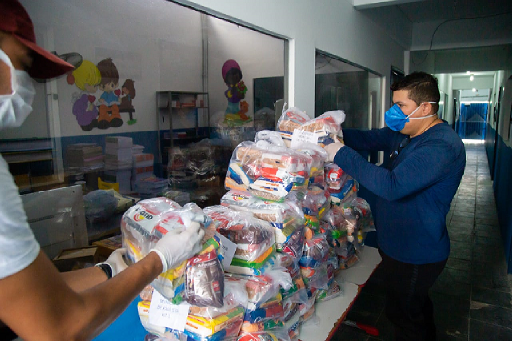 Entrega de kits de limpeza e comida em Paulista