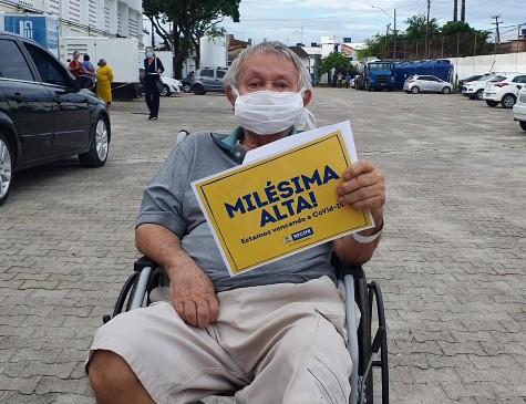 Manoel Leandro do Nascimento, de 76 anos, recebeu alta do Hospital Provisório Recife 2, nos Coelhos