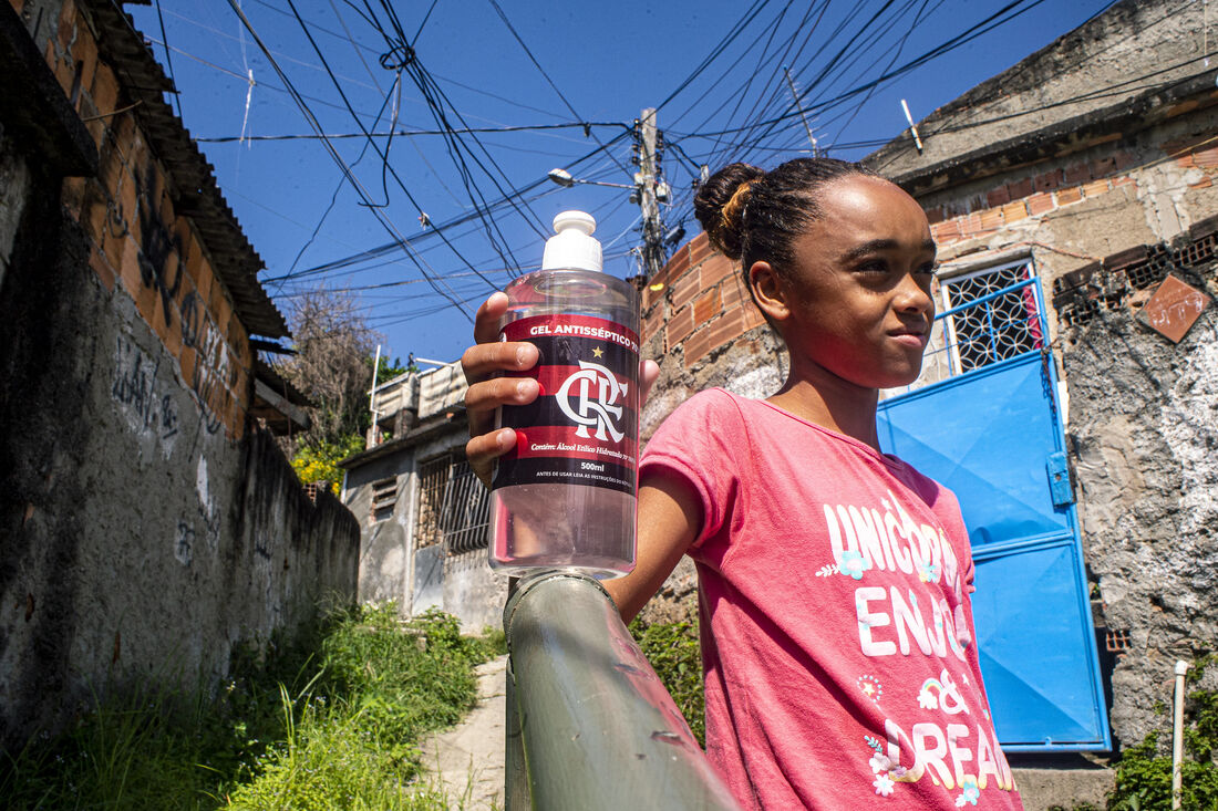 Flamengo distribuiu cestas básicas e álcool em gel para famílias carentes