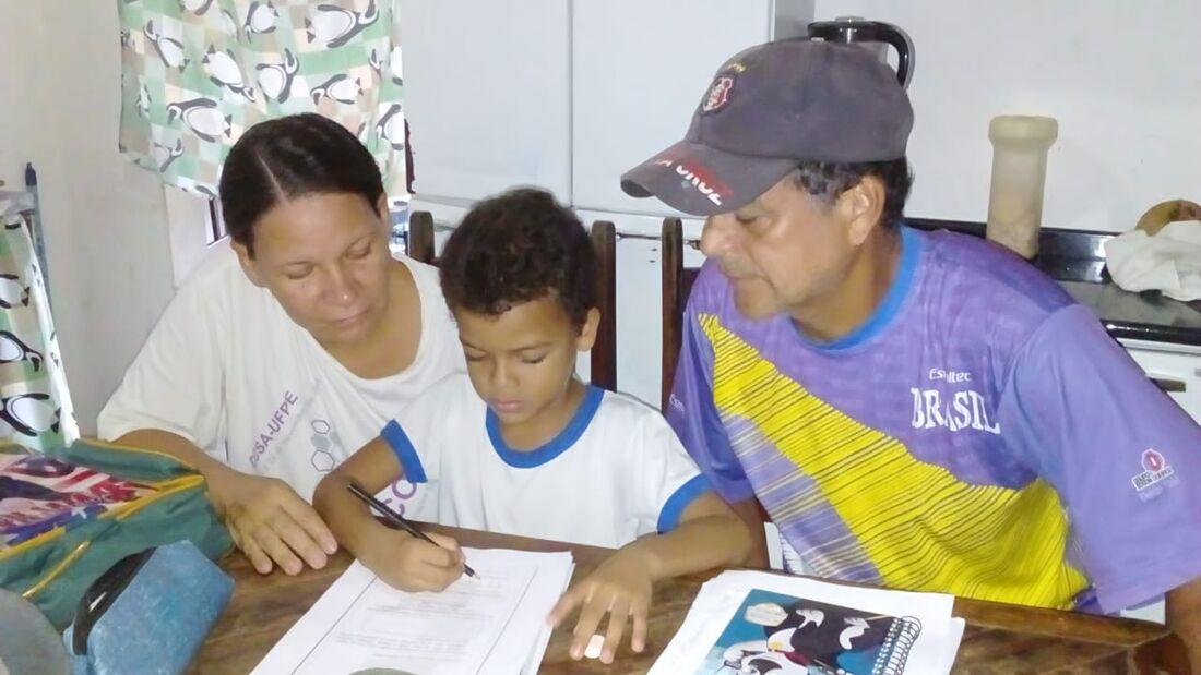 Luiz agora está aprendendo com os pais.