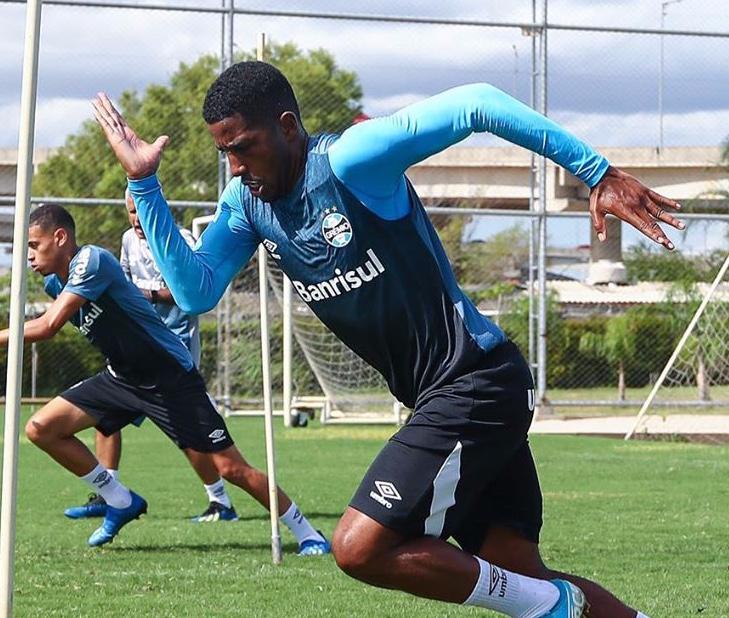 Jogadores do Grêmio treinando