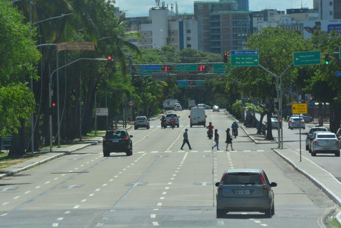 Movimentação na avenida Agamenon Magalhães, no Recife, em um dia útil de quarentena