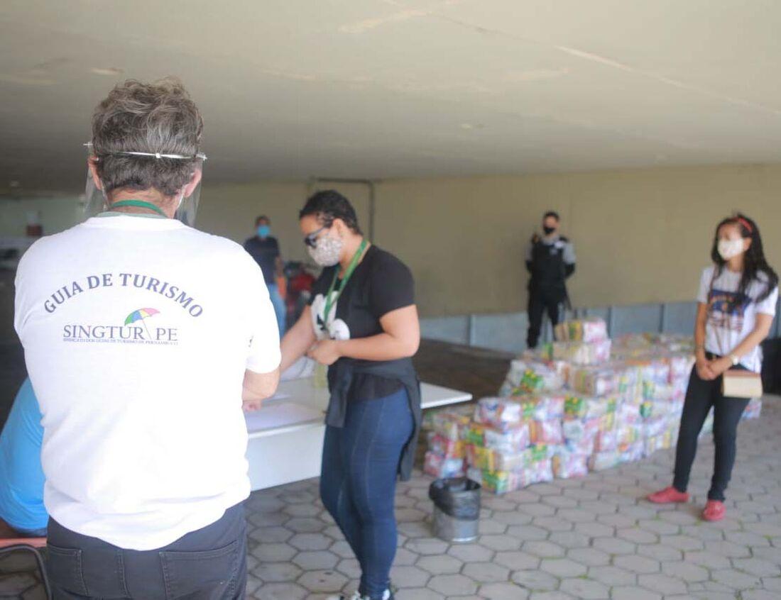 Guias de turismo recebem cestas básicas no Centro de Convenções