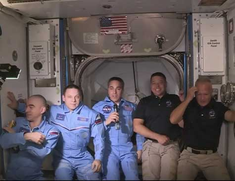 Astronauta na nave Crew Dragon