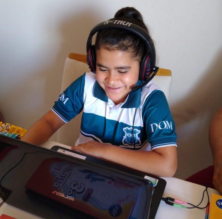 Maria Clara, aluna do 3º ano do Ensino Fundamental, no retorno às aulas