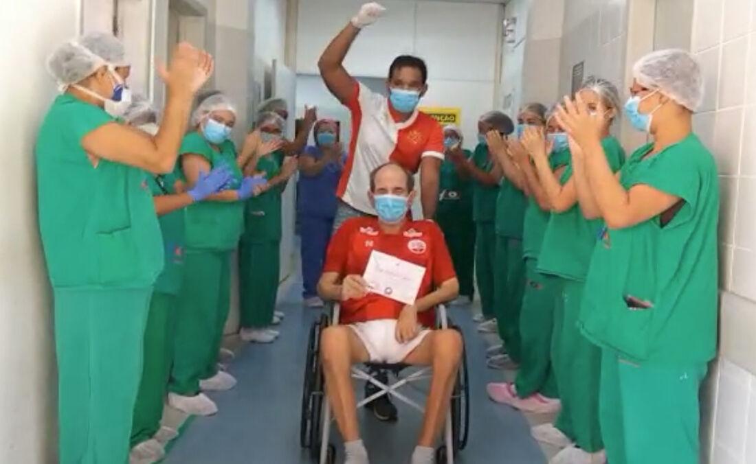 Moacyr é guiado pelo seu filho Pedro e festejado por enfermeiras