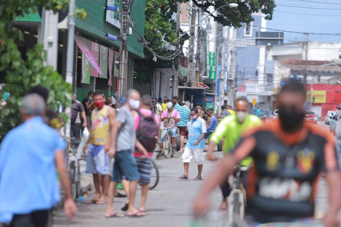 Bairro de Afogados, no Recife, com aglomerado de pessoas nas ruas, neste domingo (17)