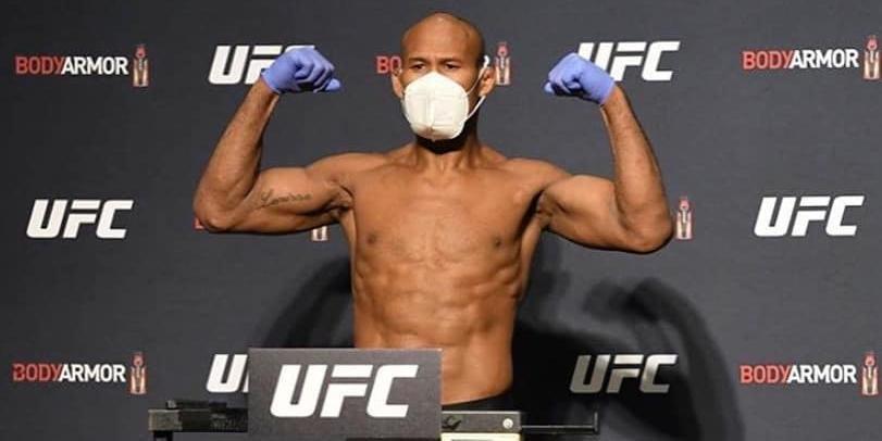 Ronaldo Jacaré, de máscara, durante pesagem antes do UFC 242