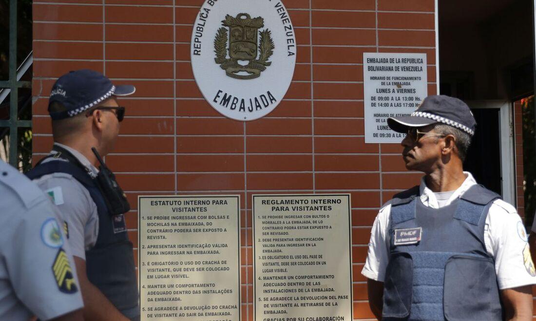 Saída pode comprometer saúde de diplomatas e funcionários da embaixada