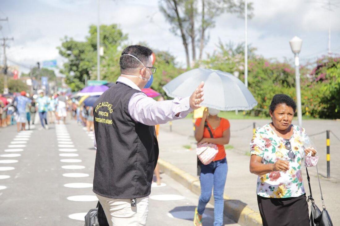 Prefeitura do Cabo sinaliza rua para disciplinar fila em frente à agência da Caixa Econômica