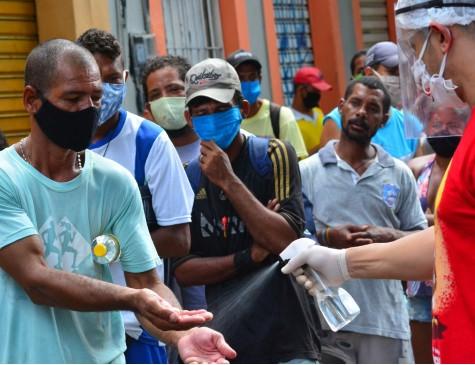 Público faz higienização ao receber donativos no Centro do Recife