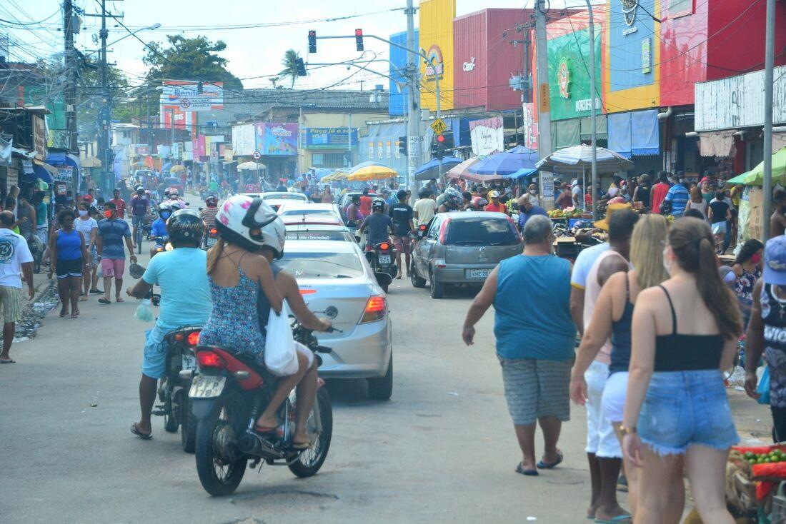 Feira em São Benedito, Olinda, com pessoas ignorando o isolamento social