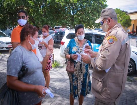 Moradores recebem máscaras em Afogados, Zona Oeste do Recife