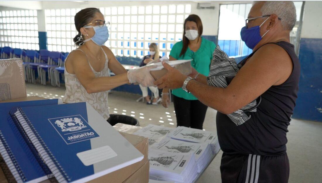 Ação da entrega de kits de alimentos para alunos da rede municipal de Jaboatão