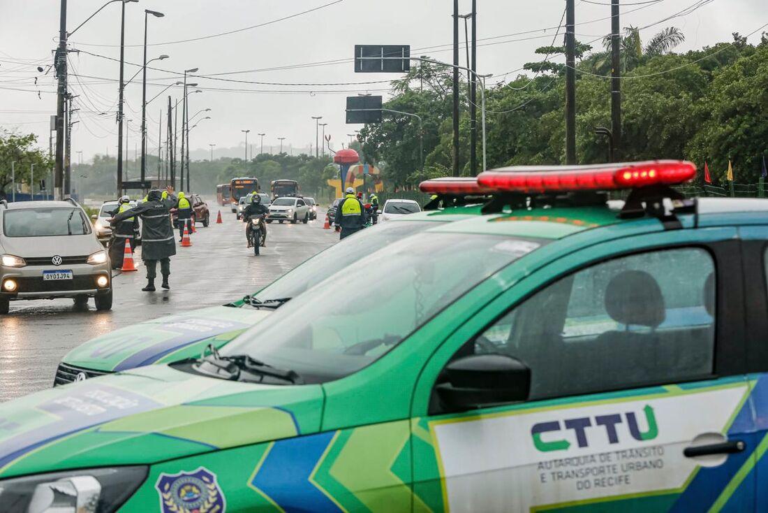 Barreira montada por agentes de trânsito, que fiscalizam rodízio