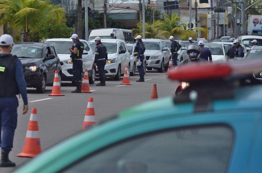 Ponto de bloqueio da CTTU na Av. Antônio de Góes
