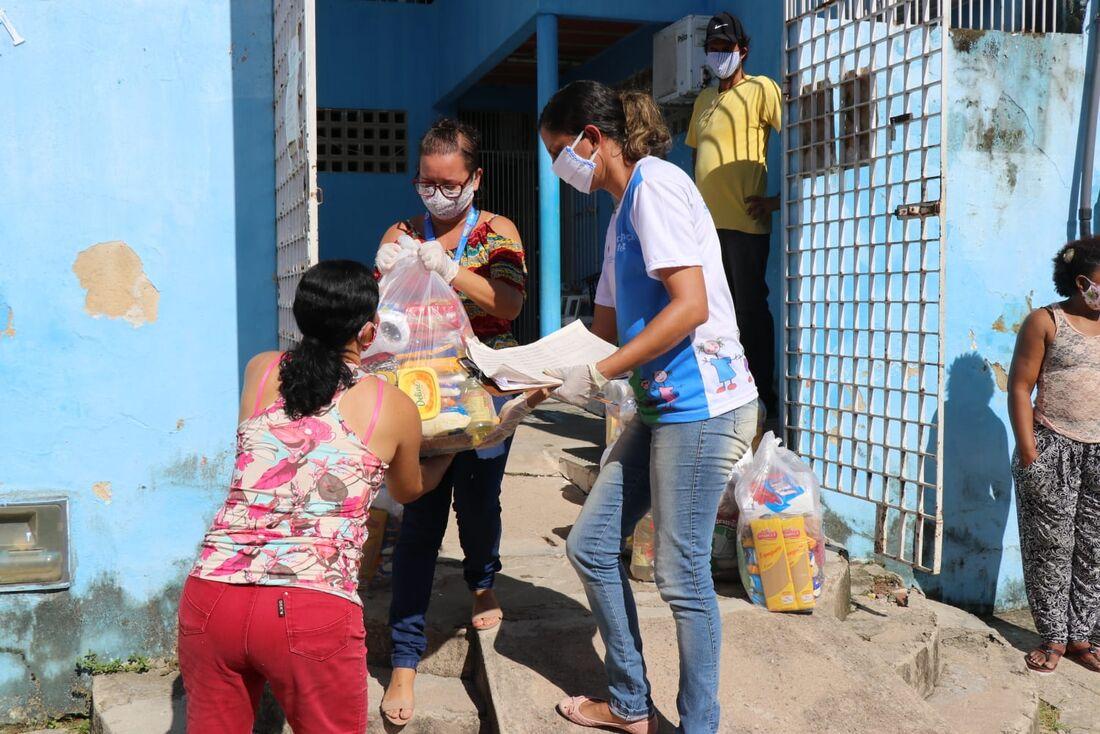 Entrega de cestas básicas em Paulista, na RMR
