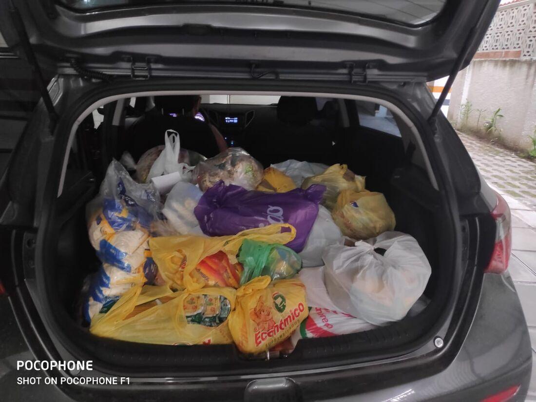Carlinhos passa de carro para recolher doações dos prédios vizinhos