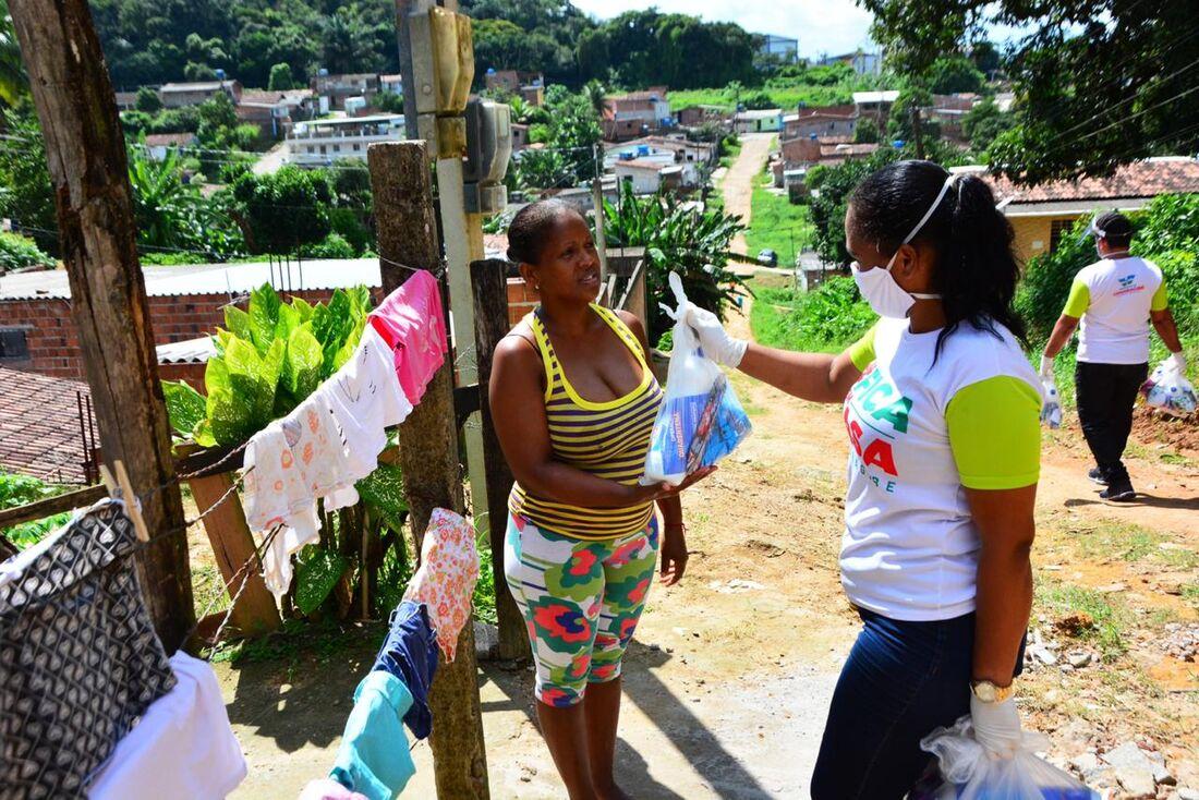 Entrega de kits de higiene e limpeza no bairro da Santa Mônica, em Camaragibe