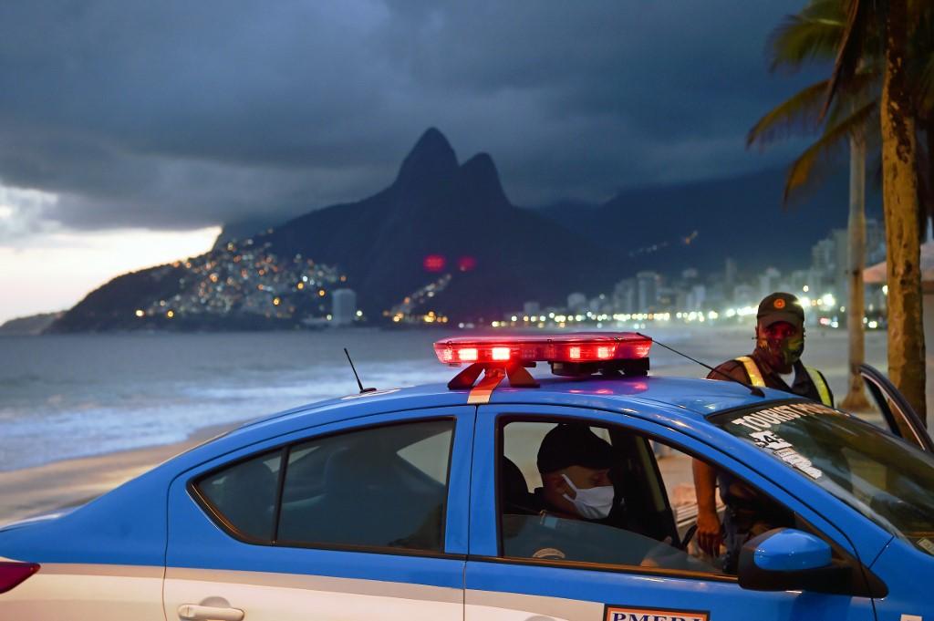 Policiais usando máscaras no Rio
