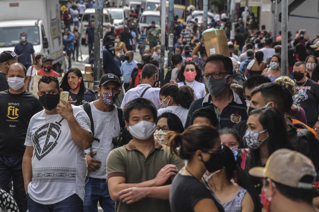 Pessoas caminhando nas ruas de São Paulo após reabertura