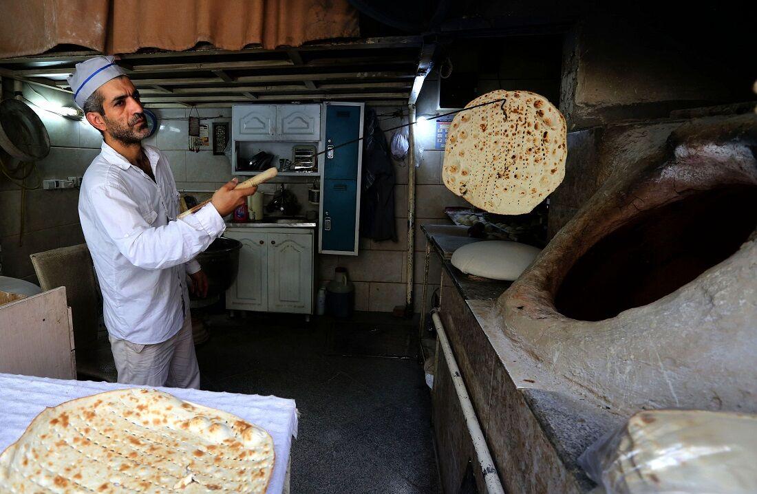 O padeiro iraniano Mohammad Mirzakhani, 41 anos, faz pão Taftoon em Teerã