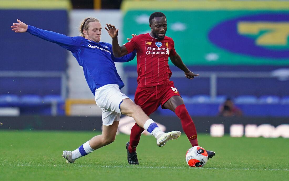 Keita e Davies disputam bola em clássico na Premier League