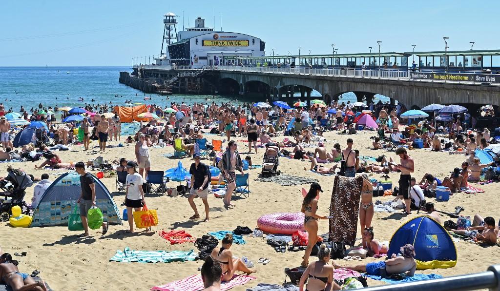 Com altas temperaturas, ingleses foram às praias