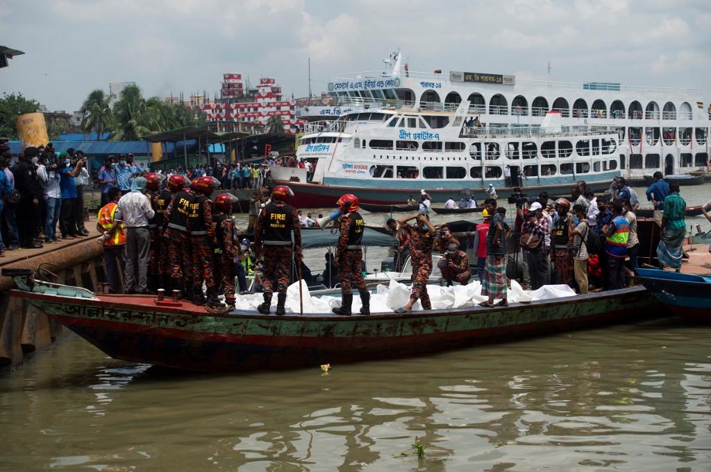 Resgate das vítimas do acidente em Dacca