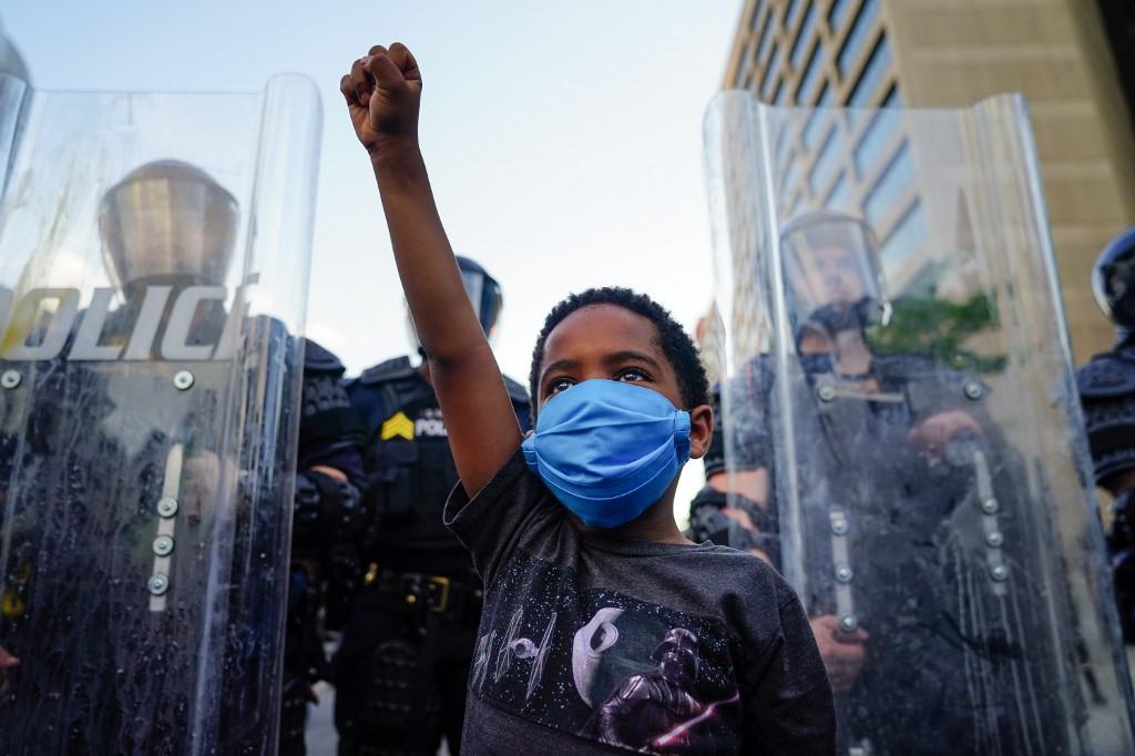 Menino protesta em Atlanta, nos EUA
