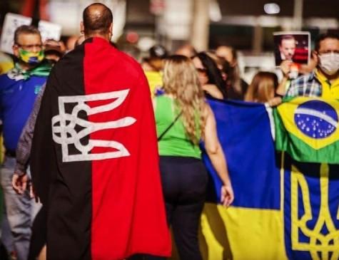 Dono de polêmica bandeira ucraniana é brasileiro que treina paramilitares