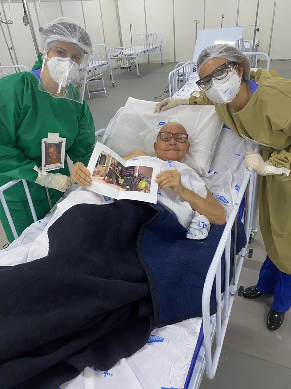 Médicas com crachás humanizados em hospital de campanha do Recife