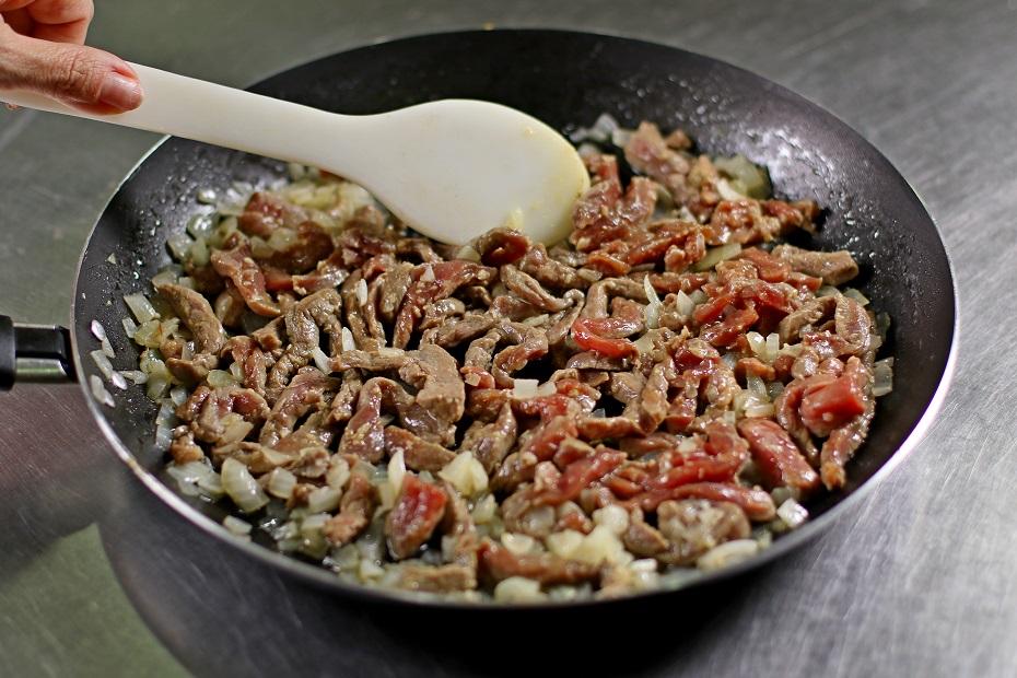 Refogue a carne na manteiga, acrescente o conhaque, a cebola e deixe cozinhar na própria água