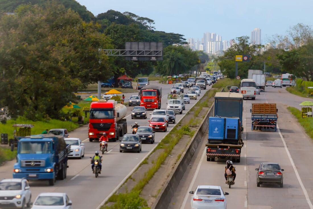 Trânsito intenso na BR 232